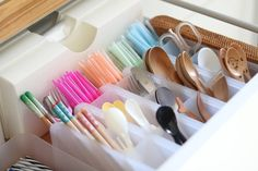 "Kaori ♡ on Instagram: ""* 2018-11-04 * #カトラリー #カトラリー収納 . . . 前回スプーンを紹介した時少し載せたカトラリー達。 リクエストいただいたので postさせてください😄💓 . . 📷カトラリー収納 何年もモノトーン収納に憧れつつも やっぱりカラフルな物の方が…"" Oak Logs, Kitchen Cabinet Drawers, Konmari, Small Space Living, Kitchen Organization, Getting Organized, Living Room Designs, Kitchen Design, Storage"