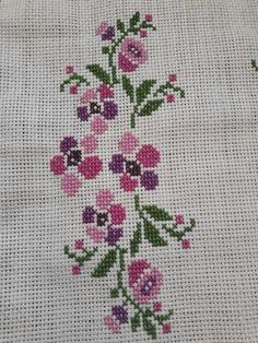This Pin was discovered by Sem Embroidery Stitches, Hand Embroidery, Palestinian Embroidery, Bargello, Cross Stitch Designs, Diy And Crafts, Projects To Try, Canvas, Crochet