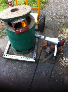 Homemade aluminum casting foundry adapted from a propane tank, and incorporating a repurposed hair dryer as a blower. Metal Projects, Metal Crafts, Diy Projects, Forging Tools, Forging Metal, Melting Metal, Metal Garden Art, Scrap Metal Art, Metal Casting