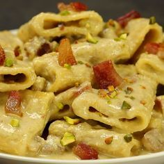 Paccheri with burrata cream and pistachios with crispy bacon - A mouth-watering first course also suitable for big occasions. Burrata, pistachios and crispy bacon - Easy Dinner Recipes, Pasta Recipes, Breakfast Recipes, Chicken Recipes, Cooking Recipes, Healthy Recipes, Cucumber Recipes, Pasta Dishes, Food Videos