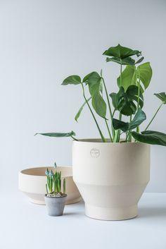 Lag sommerstemning på terassen med terracotta-krukker fra danske Skagerak! Du finner utvalget i din Designforevig-butikk