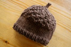 acorn hat: Free pattern!!!!! I would actually change the middle row to a lighter brown...you know...acorn style. lololol! :)