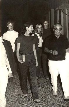 My old classmate Mark in white shirt. Bava Brothers hangin' with royalty? Elizabeth, Mark and Chris Bava, Jackie and Aristotle Onassis. On the way to the bakery at July Capri. Photo by Bro Enrico Grazzi, Capri Italy Jackie Kennedy Style, Los Kennedy, Jacqueline Kennedy Onassis, Gracie Kelly, Jaqueline Kennedy, Lee Radziwill, Old Hollywood Movies, Jfk, Alter
