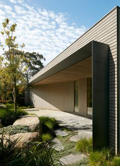 """Inarc completes """"efficient, yet extravagant"""" Links Courtyard House on… Modern Entrance, Entrance Design, House Entrance, Facade Design, Exterior Design, House Design, Timber Architecture, Residential Architecture, Architecture Details"""