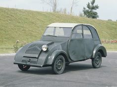 """1937 Citroen TPV (Toute Petite Voiture — """"Very Small Car"""") experimental prototype. The prototypes had only one headlight, all that was required by French law at the time. It was the forerunner of the Citroen Ds, Psa Peugeot Citroen, Vintage Cars, Antique Cars, Citroen Traction, Roadster, Cabriolet, Fiat 500, Car Humor"""