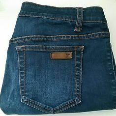 """Joe's Jeans Icon Clean Crop EUC Joe's crop jeans (Fit: icon clean crop).  No visible signs of wear.   2% spandex,  amazing fit.  Inseam about 24"""", rise about 9"""". Joe's Jeans Jeans Ankle & Cropped"""