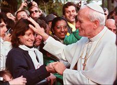En Francia, bendice a una joven ciega. Octubre 1988  Beato Juan Pablo II  Conoce su vida de santidad en www.aciprensa.com/juanpabloii