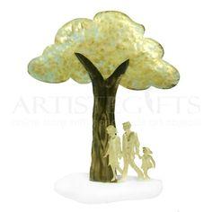 Ζευγάρι με Μικρό Κορίτσι Κάτω Από Δέντρο
