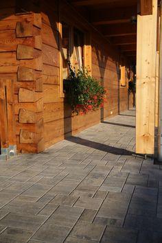 Betonovou dlažbu lze kombinovat i s přírodními materiály. #roubenka #chata #chalupa #dlažba #beton #stavbyjakozkamene #concrete #pavement #cottege #countryside