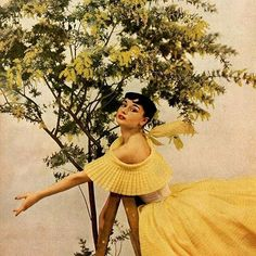 오늘 생각나는 사진 한장1952년 하퍼스 바자에 등장한 오드리 햅번! 노란 드레스와 푸르른 나뭇잎의 조화가 싱그럽죠? Harper's BAZAAR 1952. Photograph by Richard Avedon  The Richard Avedon @shopbazaar  via HARPER'S BAZAAR KOREA MAGAZINE OFFICIAL INSTAGRAM - Fashion Campaigns  Haute Couture  Advertising  Editorial Photography  Magazine Cover Designs  Supermodels  Runway Models