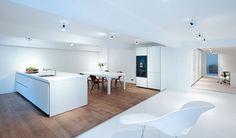 Bulthaup keuken, aparte opstelling. Mooie vloer en overgang naar witte vloer (met zilveren stripje)