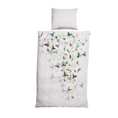 BUTTERFLY Van een open slaapkamerraam frist de boel lekker op. Het slaapt ook beter. En soms, als je geluk hebt, fladdert er iets bijzonders voorbij. Zoals bij ons thuis. Wilde origami vlinders zie je nog maar zelden tegenwoordig. We hebben ze dan ook meteen gefotografeerd en vereeuwigd op dit dekbedovertrek. Mooi he.