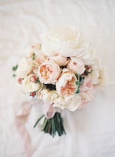 Delicate Blush and Ivory Garden Rose Bouquet | Bryon Loves Fawn Photography | http://heyweddinglady.com/20-bouquets-spring-garden-wedding/