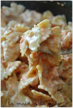 Farfalle crémeuses au poulet {One pot pasta} | 4 blancs de poulet 2 boites de pulpes de tomates la valeur d'une boite de pulpe de tomates vides remplie d'eau 500g de farfalles 1 pot de Philadelphia nature (150g) 70g de parmesan 1 CS d'huile d'olive 1 CS d'origan séché 1 oignon quelques brins de ciboulette fraîche sel et poivre