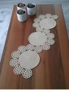 Anyone know where I could find this pattern? Saw it on IG with no credit. Crochet Coaster Pattern, Crochet Doily Patterns, Crochet Motif, Crochet Doilies, Crochet Flowers, Crochet Stitches, Crochet Table Runner, Table Runner Pattern, Crochet Tablecloth