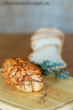 Po glazurowanej szynce tym razem przyszedł czas na typową wędlinę do chleba. Mimo obaw o suchość mięsa skusiłam się na pierś z kurczaka i n...