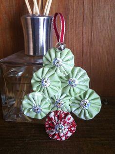 Fabric Yo-Yo Christmas tree decoration. £2.50, via Etsy.