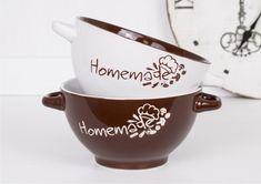 Bulionówki Homemade to duże, praktyczne glazurowane naczynia z oryginalnym wzornictwem. Dostępne są w 2 kolorach. Wewnątrz i z zewnątrz miski są glazurowane. Miski posiadają wzór tylko z jednej strony. #dodomu #miski #bulionówki #dozupy #kuchnia Tea Cups, Homemade, Tableware, Porcelain Ceramics, Dinnerware, Home Made, Tablewares, Dishes, Place Settings