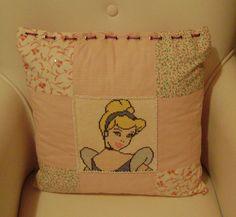 Ponto cruz: almofada Cinderela em patchwork e bordado em miçangas e vidrilhos-2