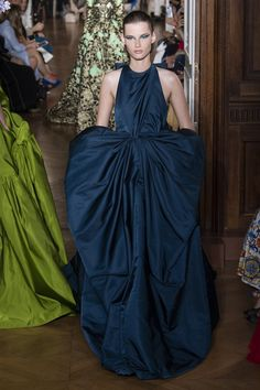 Valentino Parigi - Haute Couture Fall Winter - Shows - Vogue. Valentino Couture, Haute Couture Gowns, Style Couture, Couture Dresses, Couture Fashion, Fashion Dresses, Valentino Paris, Valentino Garavani, Women's Runway Fashion