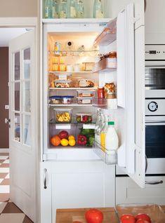 nevera-abierta-con-alimento-en-el-interior 00410459. Nevera limpia