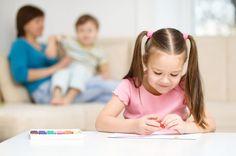 Wystarczy narysować to, co wydarzyło się dzisiaj i podpisać obrazek zdaniem lub dwoma. Starsze dzieci mogą pisać dłuższe wypowiedzi i czytać rodzicom tylko te fragmenty, którymi chcą się podzielić.