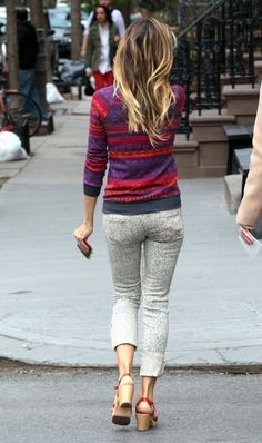 Sarah Jessica Parker was out in New York City, wearing MiH Bonn Jeans in the Pollock wash. Very fashionable, she mixed two kinds of prints by using a multicolored sweater to go with the jeans. I have noted that...
