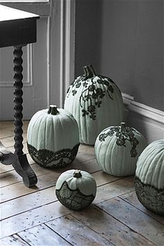 Transform your home into a haunted house with these best DIY Halloween crafts that are easy to make! Our Halloween projects will help you deck out your house just in time for the spookiest night of the season. Diy Halloween, Holidays Halloween, Halloween Pumpkins, Halloween Decorations, Pumpkin Decorations, Pretty Halloween, Halloween Havoc, Decoration Party, Halloween Season