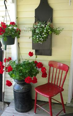 Red Accents against Yellow House home red flowers house yellow decorate porch accent exterior design (summer porch decor reading) Farmhouse Front Porches, Country Porches, Country Porch Decor, Southern Porches, Country Living, Deco Champetre, Red Geraniums, Yellow Houses, House With Porch