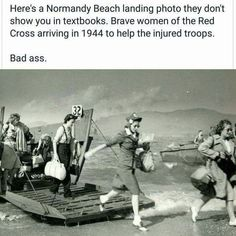 A Normandy Beach landing photo they don't show in textbooks - Brave women of the Red Cross arriving in 1944 to help the injured troops, WWII. Angst Quotes, I Look To You, Maleficarum, Normandy Beach, Normandy France, Brave Women, Faith In Humanity Restored, Badass Women, Interesting History