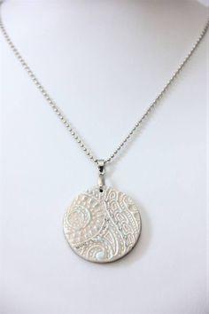 Cadena en acero Inoxidable y colgante circular con relieve de porcelana fría
