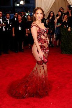 Jennifer Lopez, para variar, exibiu o corpão. O vestido escolhido é Atelier Versace . Foto: Evan Agostini/Invision/AP