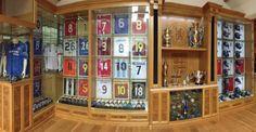 Coleccion de futbol de John Terry de cosas suyas y de compañeros: camisetas, trofeos y cientos de bandas de capitan