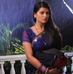 Aarti Beautiful Girl Indian, Beautiful Saree, Beautiful Indian Actress, Radhika Madan, Deepika Singh, Indian Women Painting, Dark Eyebrows, Wedding Saree Blouse Designs, Tv Girls