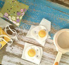 Felt fried eggs tutorial - super easy and cute DIY