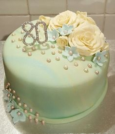 Cake for 80 year old lady with roses,hydrangeas and pearls.                                                                                                                                                                                 Más
