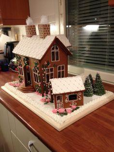 Haaveena saada vielä joskus se ihana oma vanhanajan villa. Sellainen tuli tehtyä näin piparisena. Taloa ympäröi leikkimökki, ja lemmikille oma koti valmiina. Joulukuusikin on jo sisään kannettuna, löytyy kun kurkistaa ovesta sisään. - by Minna -- Piparkakkutalo, Joulu, Gingerbread house, Christmas