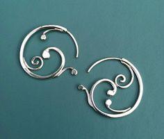 Pequeño Swirling pendientes de plata esterlina joyería hecha