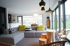 Joli salon scandinave, cocooning et cosy aux touches noires et jaunes dans les objets déco
