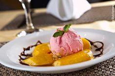 Agamat (jantar) Manga flambada com saquê e sorvete de morango