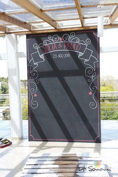 Chalkboard para casamento. Backdrop para tirar fotos. Personalizado e feito com giz ♥ contato@tatisoncini.com.br | www.tatisoncini.com.br