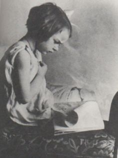 Young Flannery O'Connor, reading