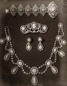 Royal french crown L'ancienne cour — Diamonds, pearls and precious stones from the...