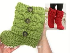 "Knitted DROPS slippers with cables in ""Eskimo""."