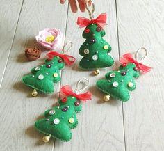 Christmas trees in felt decorations White Christmas, Christmas Crafts, Xmas, Christmas Ornaments, Christmas Trees, Felt Decorations, Christmas Decorations, Holiday Decor, Organza Ribbon