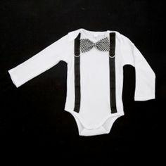 ◈ Body branco de manga comprida, com aplicação de fitas de gorgorão de cor preta, fivelas e laço em tartan ◈ [Composição: * body: 100% algodão * laço: 100% algodão * fitas: 100% poliester * fivelas: 100% metal] - [Tamanhos: 68cm - 74cm - 80cm - 86cm - 92cm]
