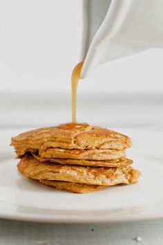 This 2 ingredient pumpkin pancake recipe is super easy to make, gluten-free, and requires no flour, oil, or refined sugar! A simple and healthy breakfast for the fall season! Gluten Free Pumpkin Pancakes, Low Carb Pancakes, Homemade Pancakes, Pancakes Easy, Waffle Recipes, Brunch Recipes, Pancake Recipes, Pumpkin Recipes, Fall Recipes