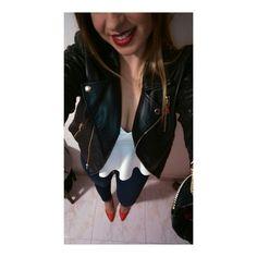 Perfectos tacones de salon color rojo con unos jeans oscuros, camiseta de tirantes blanca con escote de pico y que no falte mi chupa preferida negra.