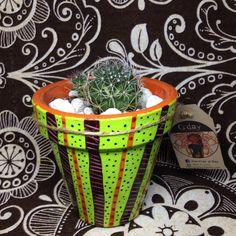 Maceta de barro con diseño exclusivo hecho a mano con l sin planta decorativa. MACETAS GDAY Industrial Design, Planter Pots, Mud, Plant Pots, Hand Made, Plants, Industrial By Design
