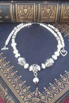 A pearl necklace is such a classic piece of jewelry that it works for almost any occasion. Pearls have an effortless elegance about them and can be dressed up or dressed down. Bridal Necklace, Wedding Jewelry, Pearl Necklace, Wedding Rings, Baroque, Queen, Christmas Jewelry, Red Garnet, Sister Gifts